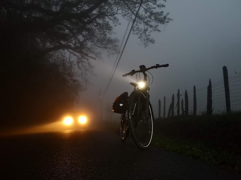 Bicicleta eléctrica Cube en medio de la neblina de Dulce Nombre de La Unión