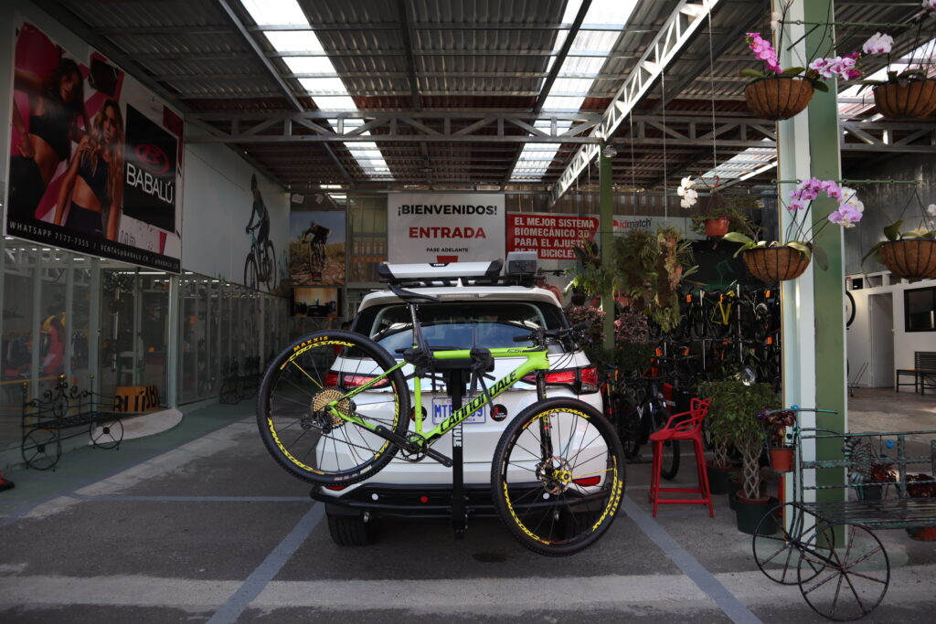 Bicicleta montañera sostenida por un rack en un vehículo 4x4