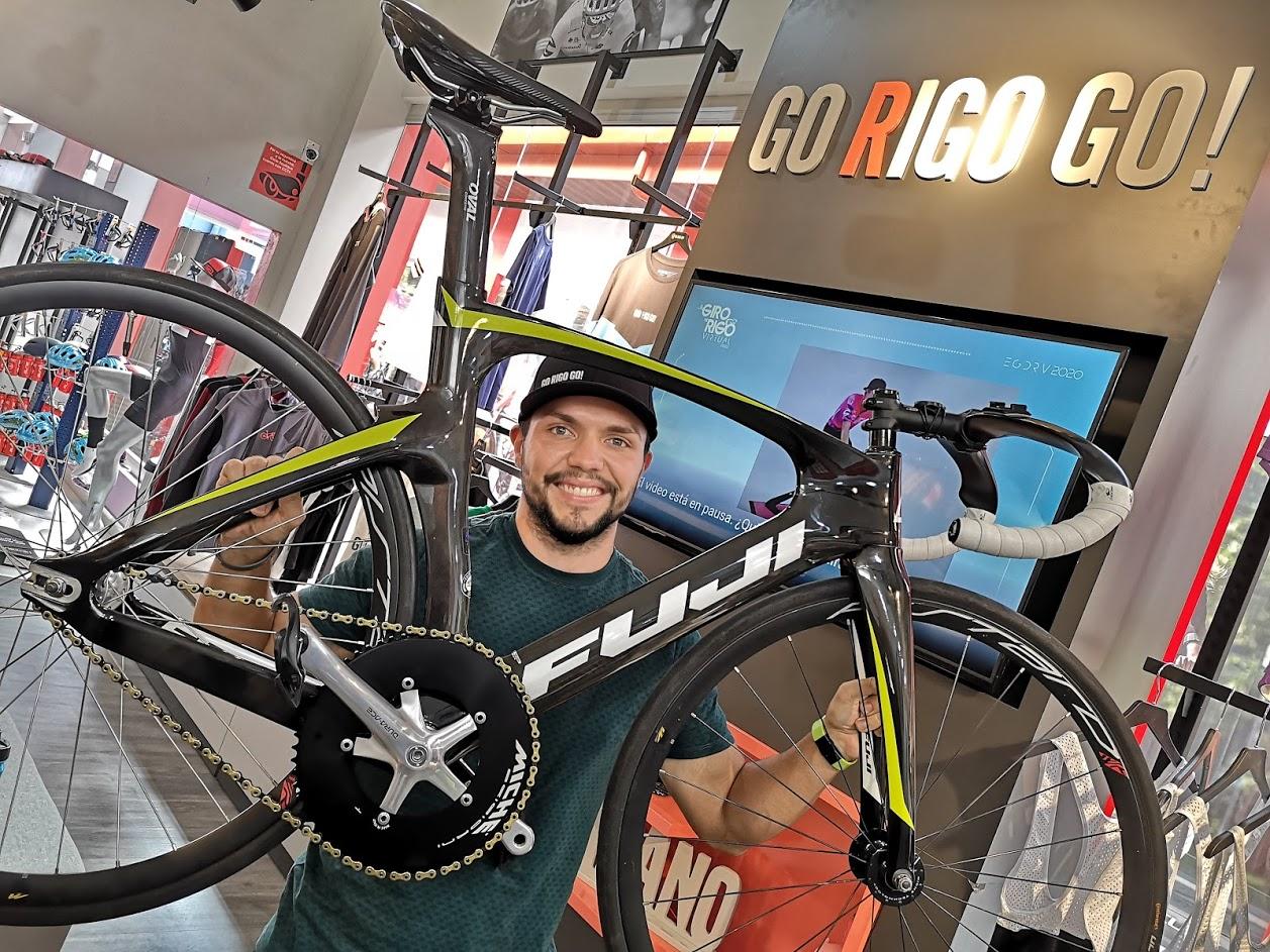 El ciclista de pista Nayib Leandro Madrigal levanta su nueva bicicleta Fuji Track Elite. Fotografía: Osvaldo Calderón