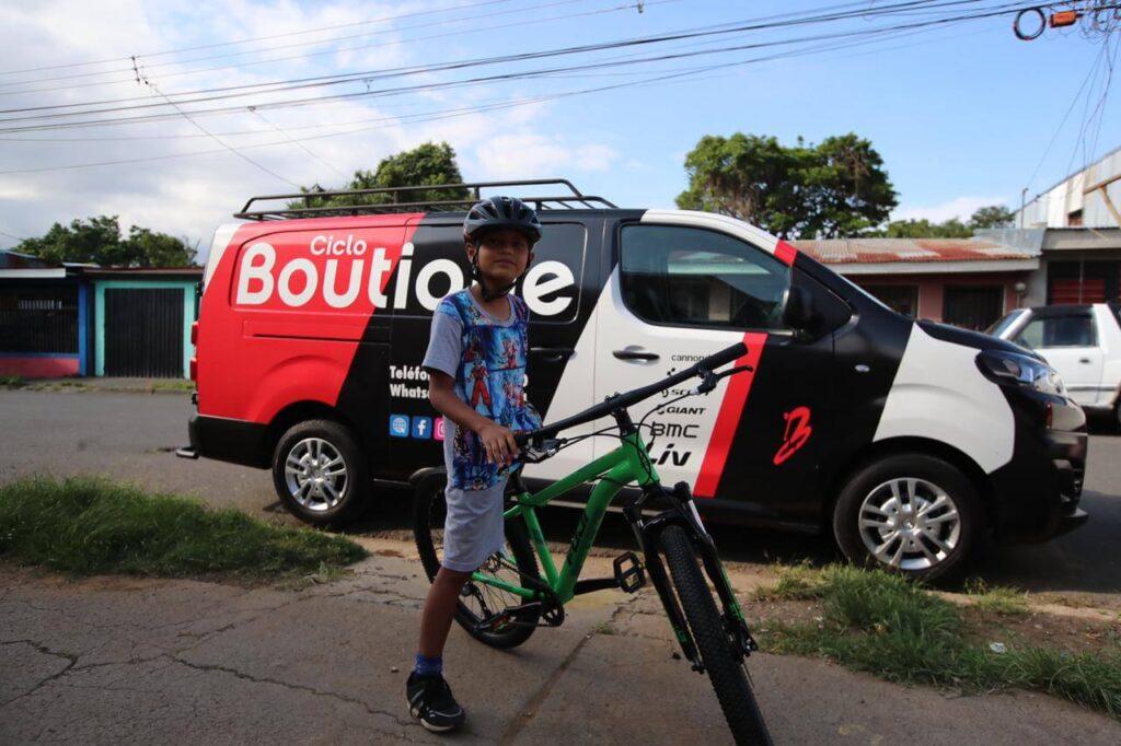 Gabriel Molina posa con su nueva bicicleta Fuji, un patrocionio de Ciclo Boutique. Fotografía: Alonso Tenorio